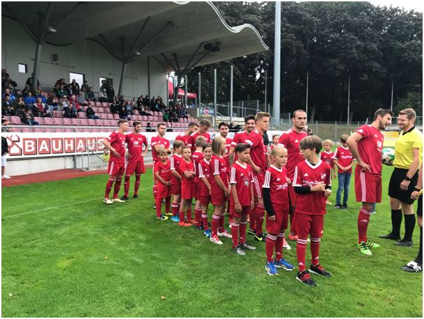 Arnacher Einlaufkinder beim FC Memmingen